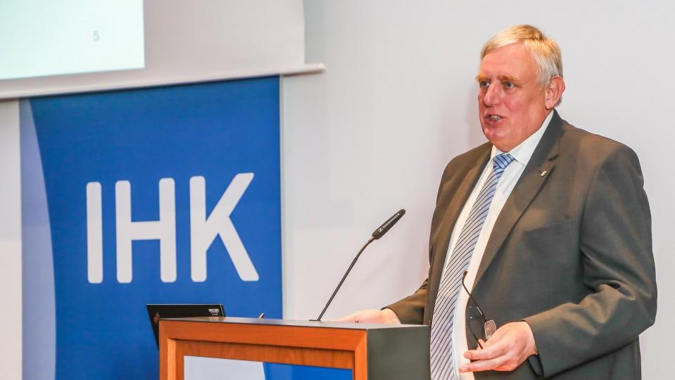 Minister Karl-Josef Laumann am Rednerpult mit Beschriftung IHK
