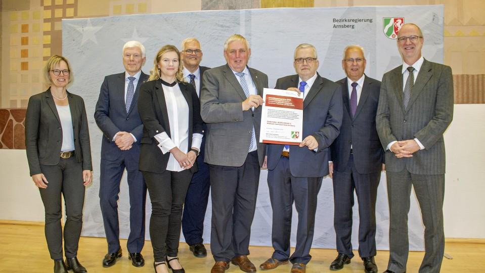 der Übergabe des Förderbescheids an das Klinikum Hochsauerlandkreis: Bezirksregierung Arnsberg