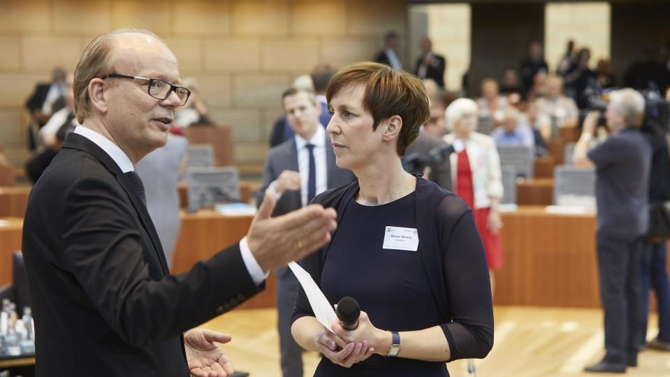 Landtagspräsident Andrè Kuper MdL im Gespräch mit der Moderatorin der Veranstaltung Melanie Wielens
