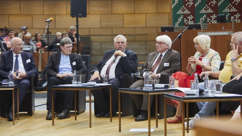 Die Betroffenheit war den Vertretern von Landtag, Landesregierung und Kirchen deutlich anzumerken.