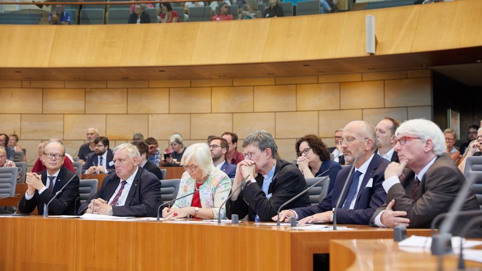 Die Vertreter von Landtag, Landesregierung und Kirchen hörten den Betroffenen sehr aufmerksam zu.