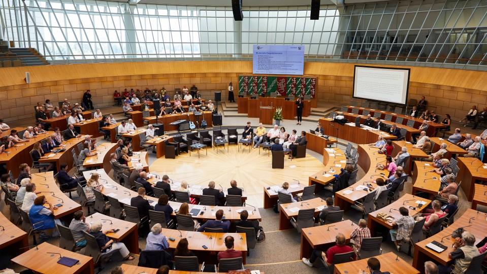 """Veranstaltung """"Zuhören – Anerkennen – Nicht vergessen!"""", Blick in den Plenarsaal des Landtags"""