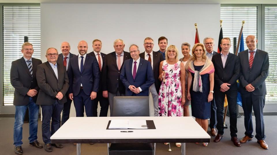 Gruppenfoto von allen Beteiligten an der Unterzeichnung des Vertrags zur Weiterentwicklung der Eingliederungshilfe