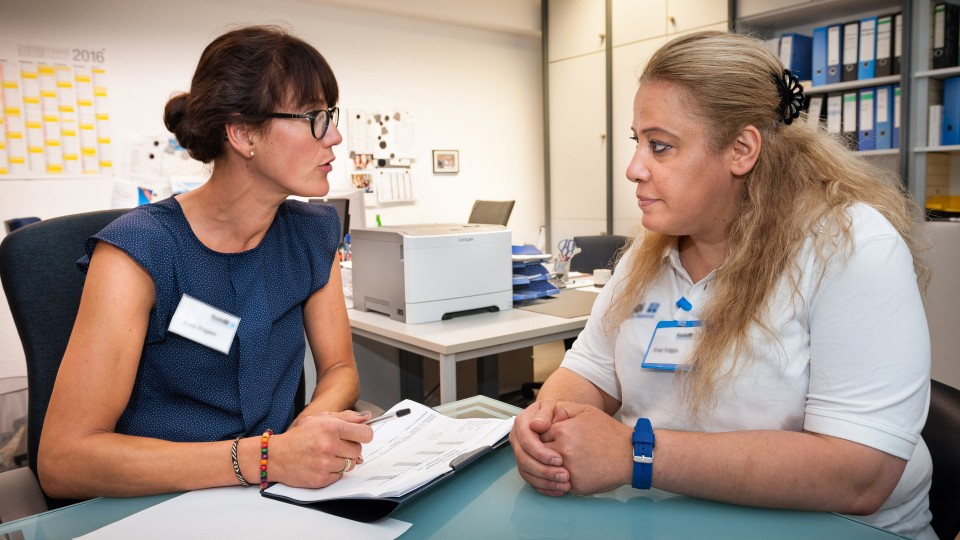 Foto: Zwei Frauen beim Beratungsgespräch im Büro.