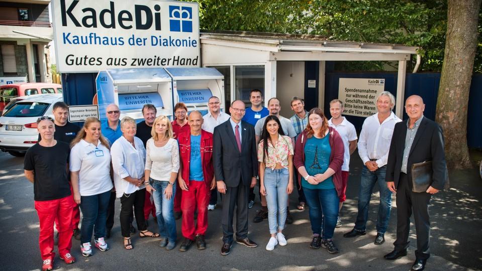 Foto: Gruppenbild mit NRW-Arbeitsminister Rainer Schmeltzer und Mitarbeiterinnen und Mitarbeitern der Kaufhäuser der Diakonie