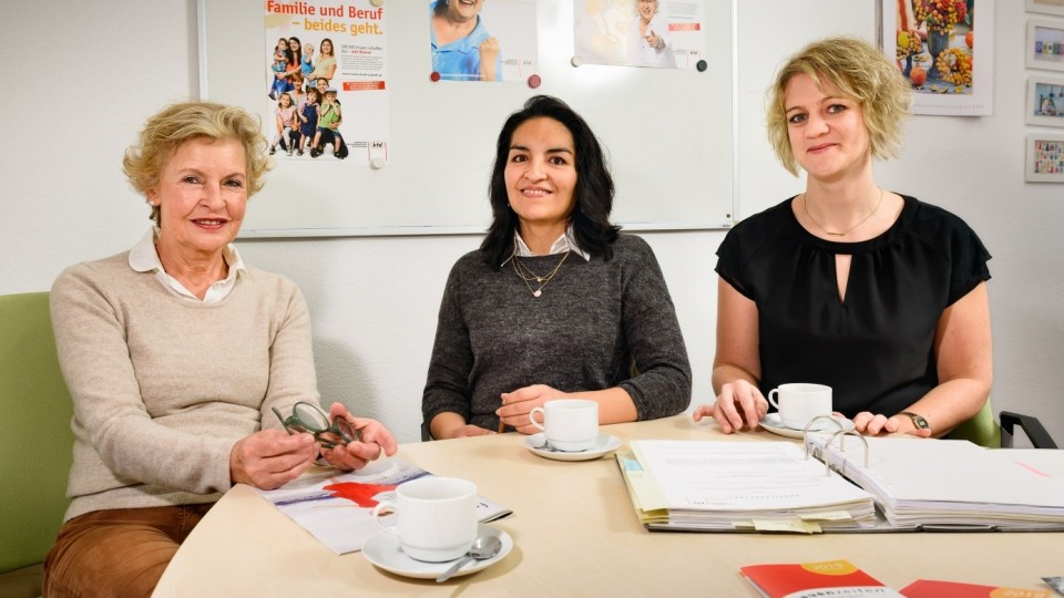 Foto zeigt junge Frau zwischen Karin Wieder (li.) vom Sozialwerk Aachener Christen und kfd-Chefin Nina Rau (re.)