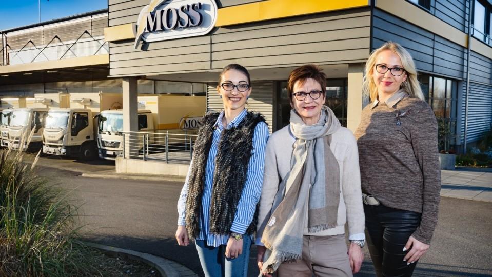 Foto zeigt Auszubildende auf dem Bäckereigelände zusammen mit Chefin Silvia Moss und einer ehemaligen TEP-Teilnehmerin und heutigen Moss-Mitarbeiterin