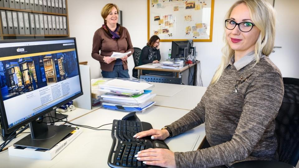 Foto zeigt Kauffrau für Kommunikation am Computerarbeitsplatz