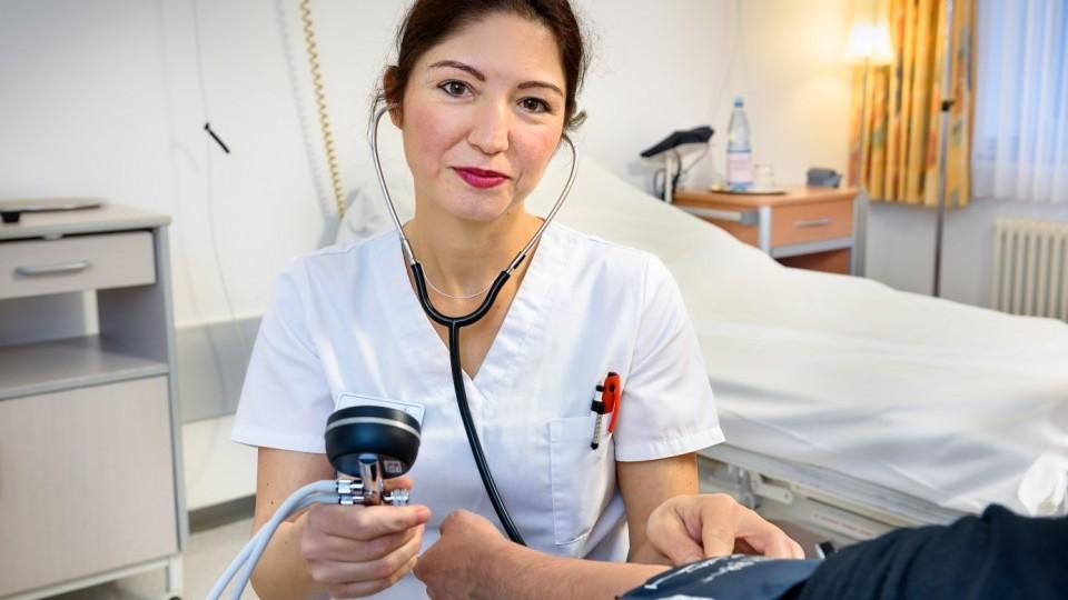 Foto zeigt Auszubildende zur Gesundheits- und Krankenpflegerin in der Katholischen Stiftung Marienhospital Aachen