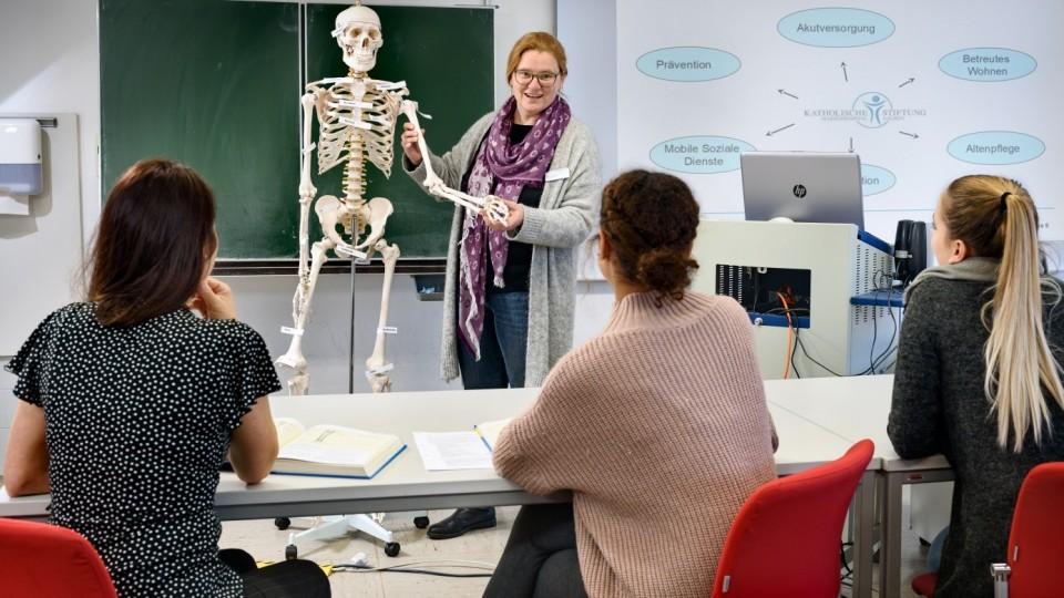 Foto zeigt Schulleiterin Margit Surwehme beim Unterricht am Bildungsinstitut für Berufe im Gesundheitswesen am Marienhospital Aachen