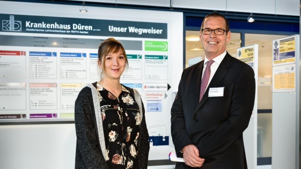 Foto zeigt Auszubildende zur Gesundheits- und Krankenpflegerin im Krankenhaus Düren zusammen mit Heinz Lönneßen, Leiter des Bildungszentrums im Krankenhaus Düren