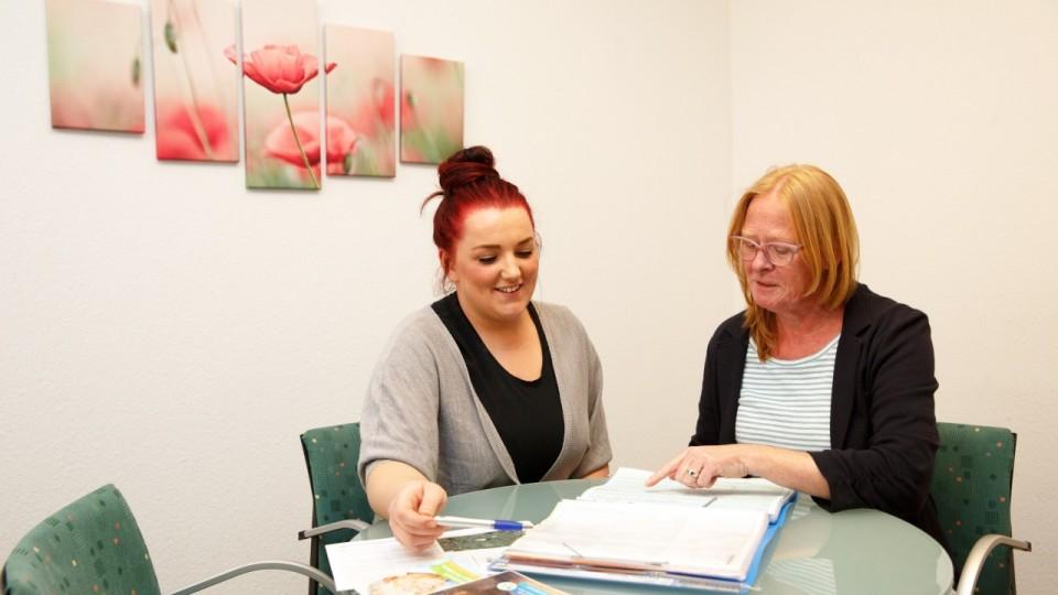 Foto zeigt Auszubildende gemeinsma mit Sabine Bußmann vom TEP-Träger Verein für allgemeine und berufliche Weiterbildung (VabW e.V.)