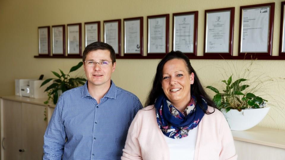 Foto zeigt Auszubildende gemeinsam mit ihrem Chef Izet Porrmann, Gründer des hsh-Pflegedienstes