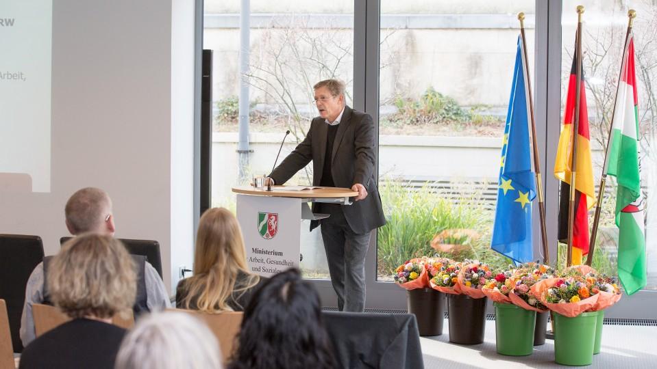 Foto: Staatssekretär hält eine Rede