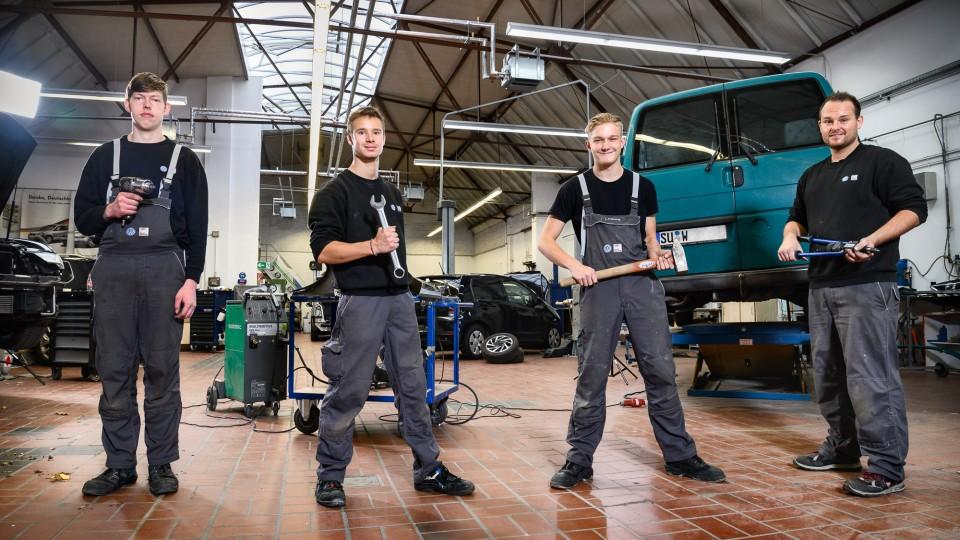 Vier Azubis in der Autowerkstatt