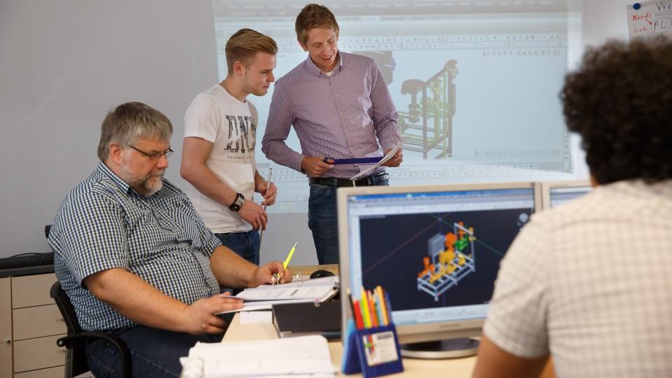 Foto: Auszubildender mit seinem Team im Büro.