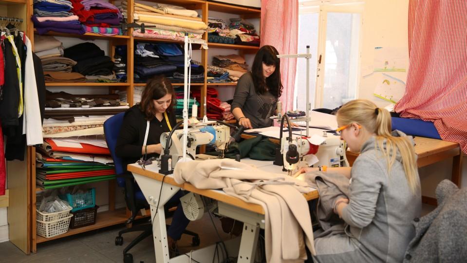 Foto: Drei Frauen bei Näharbeiten