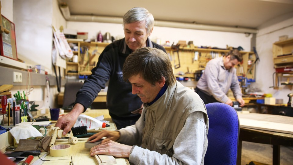 Foto: Zwei Männer in der Holzwerkstatt