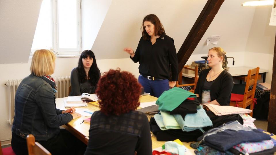 Foto: Gruppenprojekt, fünf Frauen unterhalten sich