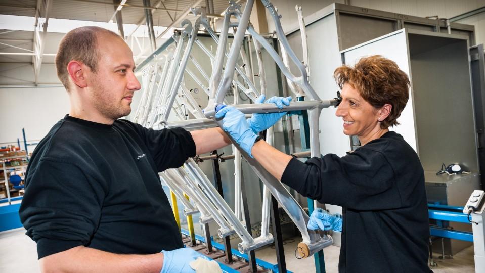 Foto: Ein Mitarbeiter und eine Mitarbeiterin der AT Zweirad GmbH