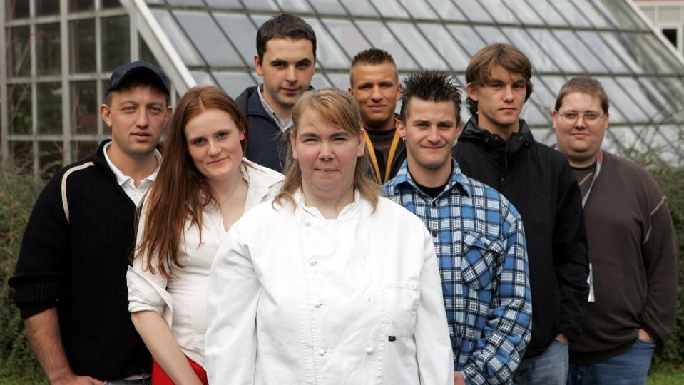 Eine Gruppe Jugendlicher vor einem Gewächshaus