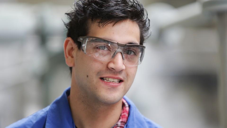 Foto: Junger Mann mit Schutzbrille