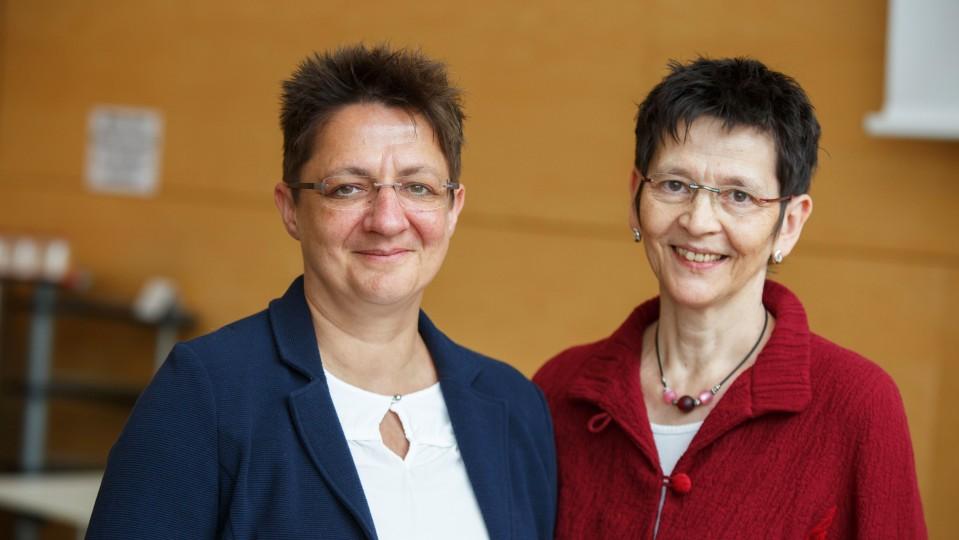 Foto: Zwei Frauen schauen lächelnd in die Kamera