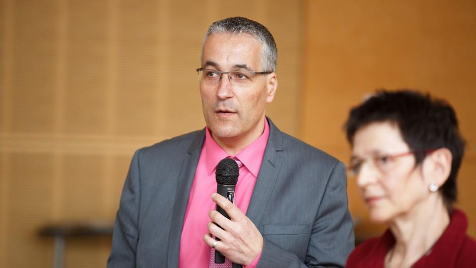 Foto: Mann spricht in Mikrofon