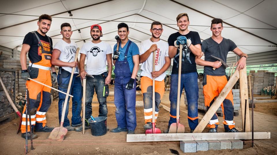 Foto: Gruppenbild mit Auszubildenden im Straßenbau.