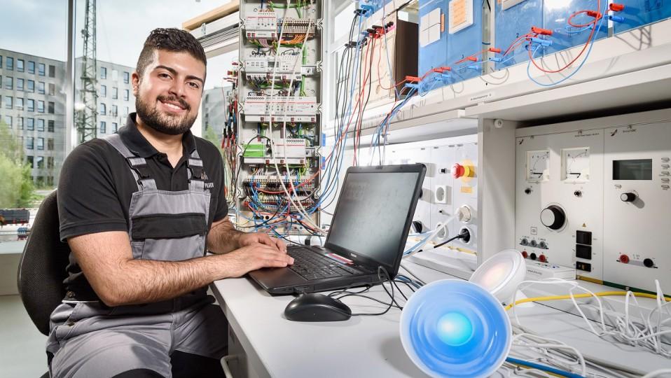 Auszubildender zum Elektroniker für Energie- und Gebäudetechnik