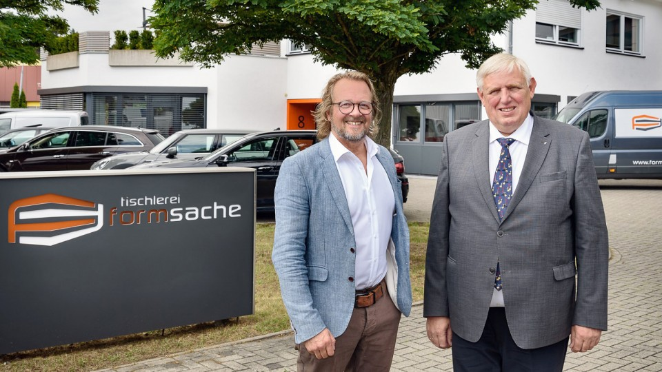 """Tischlermeister und Inhaber der """"tischlerei formsache"""" begrüßt den Minister in Bielefeld"""