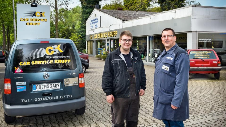 Foto: Zwei Männer stehen vor einem Auto