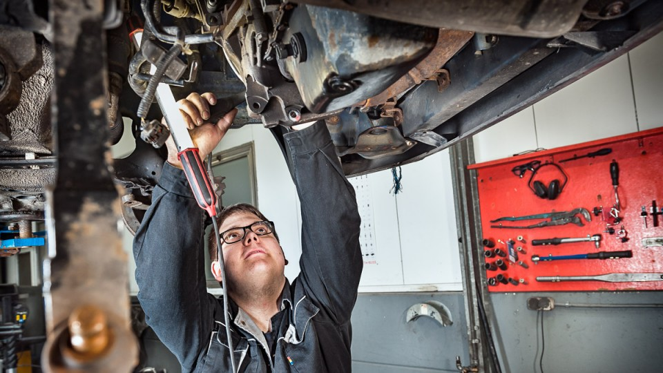 Foto: Ein Mann bei Karosseriearbeiten