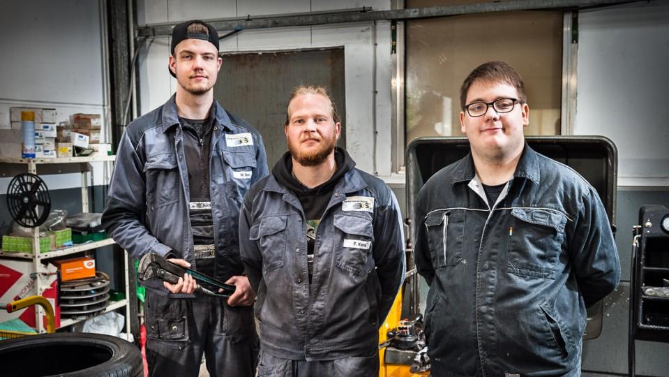 Foto: Drei Männer in der Werkstatt