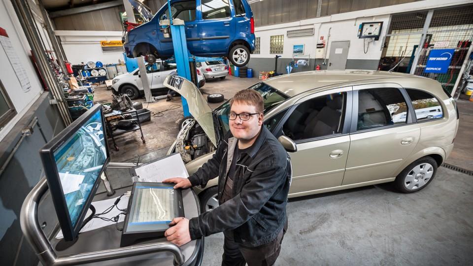 Foto: Ein Mann steht vor dem Computer in der Werkstatt