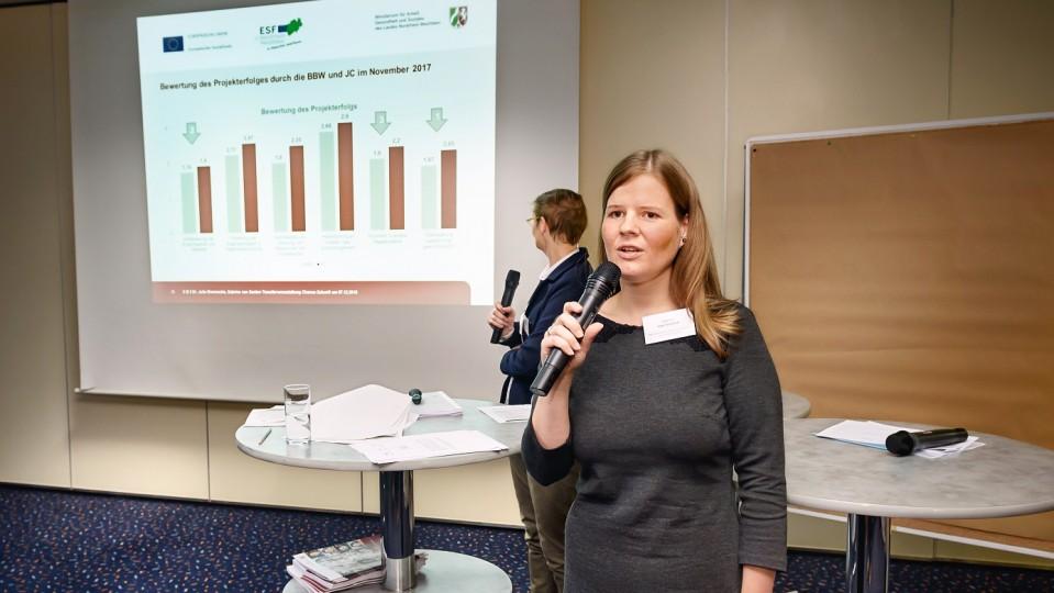 Foto: Dr. Julia Brennecke und Sabrina van Santen, Vertreterinnen des NRW-Arbeitsministeriums