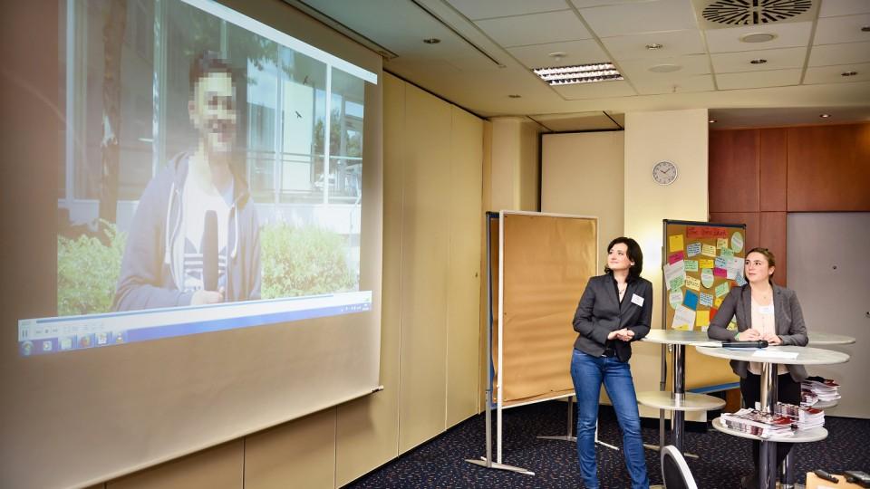 """Foto: Agata Pantel (r.) und Angelika Demski (beide Kreisstadt Bergheim) stellten das Projekt """"BergAuf!"""" vor und präsentierten einen Videofilm, in dem Teilnehmende von ihren Erfahrungen berichten"""