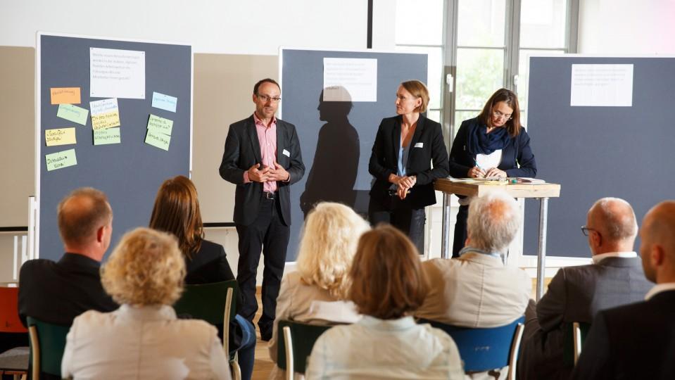 Foto: Diskussionsrunde: Ein Mann und zwei Frauen