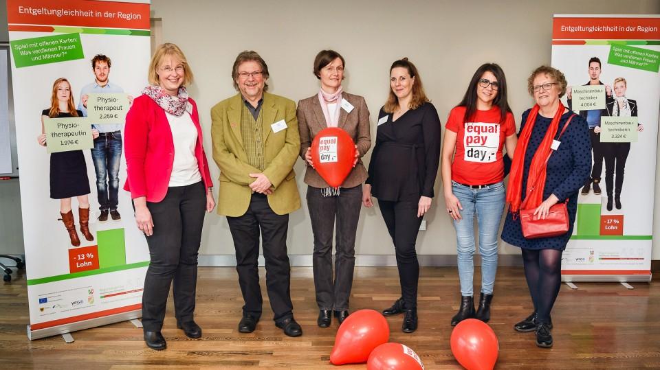 Im Bild (von links): Katja Sträde und Arnold Kratz von der G.I.B., die drei Referentinnen Marlene Seckler (DGB NRW), Jutta Schmitz (IAQ) Sengül Ersan (frühere Gleichstellungsbeauftragte im Kreis Unna) und Karin Linde von der G.I.B.