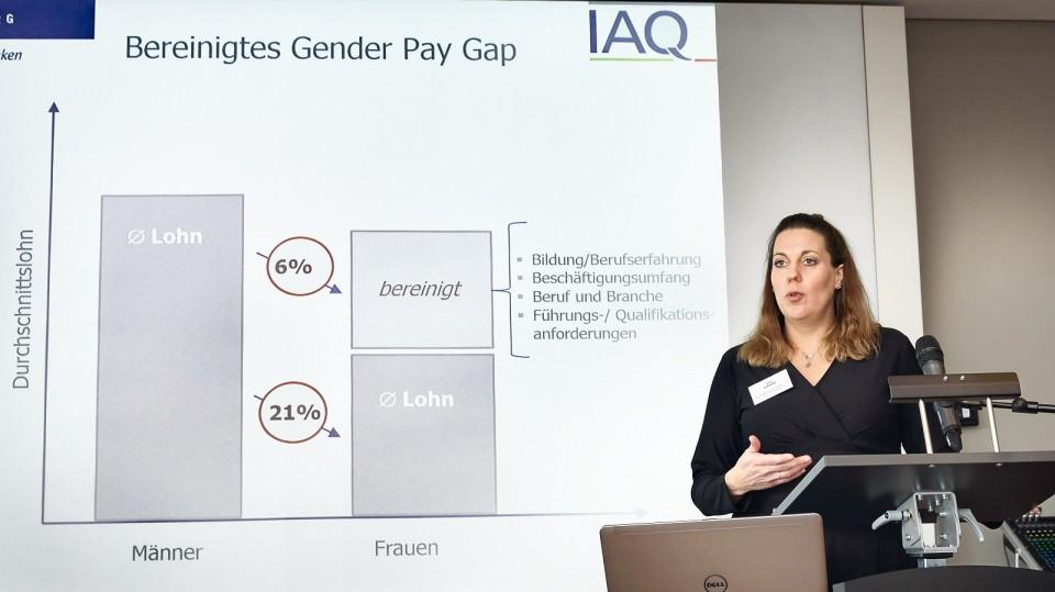 Foto: Jutta Schmitz vom IAQ stellt die Ergebnisse vor