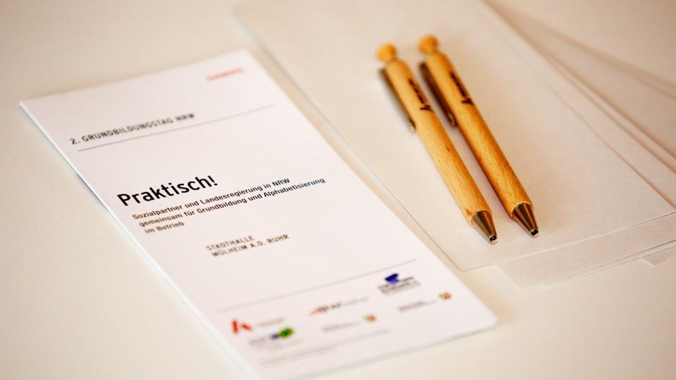 Foto: Flyer mit zwei Stiften