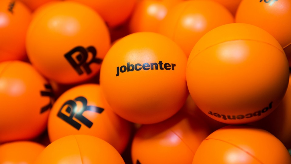 Foto: Orangene Bälle mit Aufschrift jobcenter