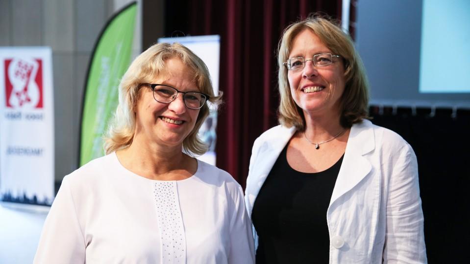 """Foto: Andrea Bergmann (links), zuständig für die Kommunale Koordinierung im Rahmen des Landesvorhabens """"Kein Abschluss ohne Anschluss"""" für den Kreis Soest, und Ursula Rode-Schäffer, Leiterin der Regionalagentur Hellweg-Hochsauerland"""