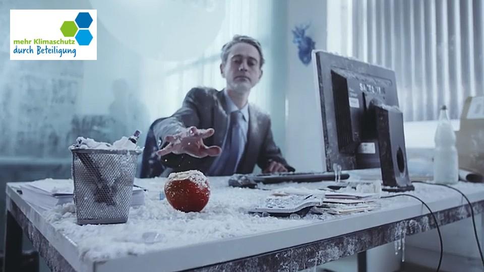 Bild: Ein Mann greift nach einem Apfel. Links das Logo von mehr Klimaschutz durch Beteiligung