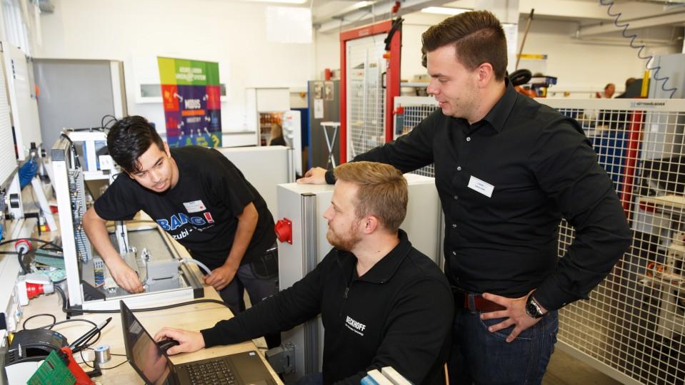 Foto: Drei Männer am Laptop