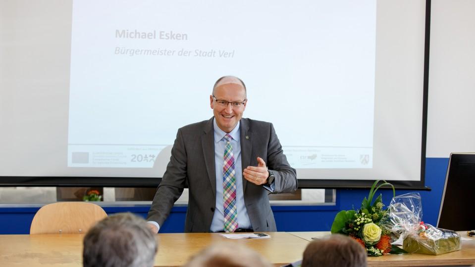 Foto: Michael Esken, Bürgermeister der Stadt Verl, begrüßt das Publikum