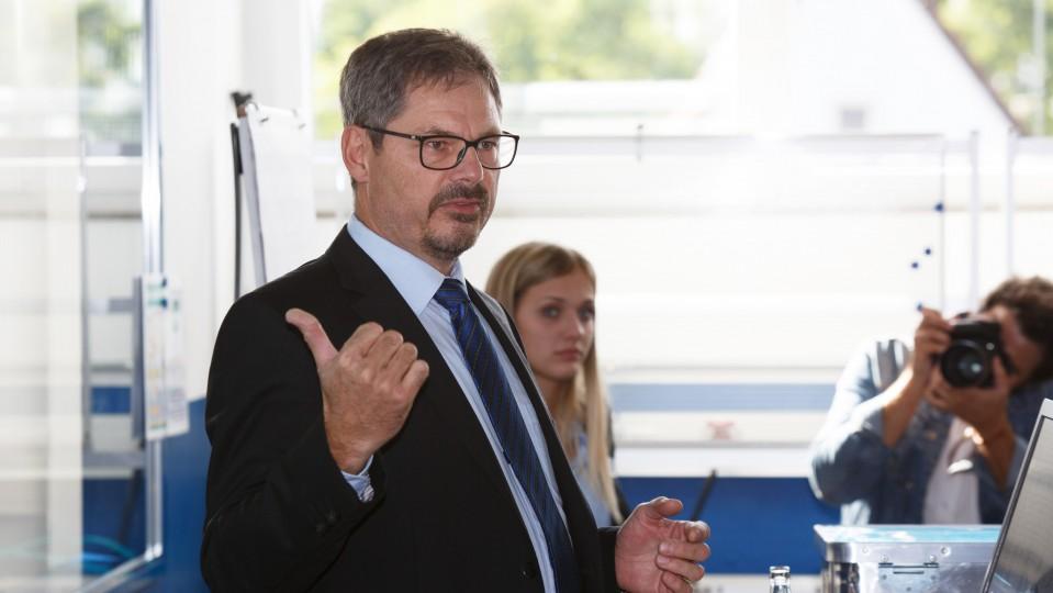 Foto: Dr. Christoph von der Heiden, Geschäftsführer Industrie, Öffentlichkeitsarbeit, Volkswirtschaft, Innovation, Umwelt bei der IHK Ostwestfalen zu Bielefeld, eröffnet ein Gespräch
