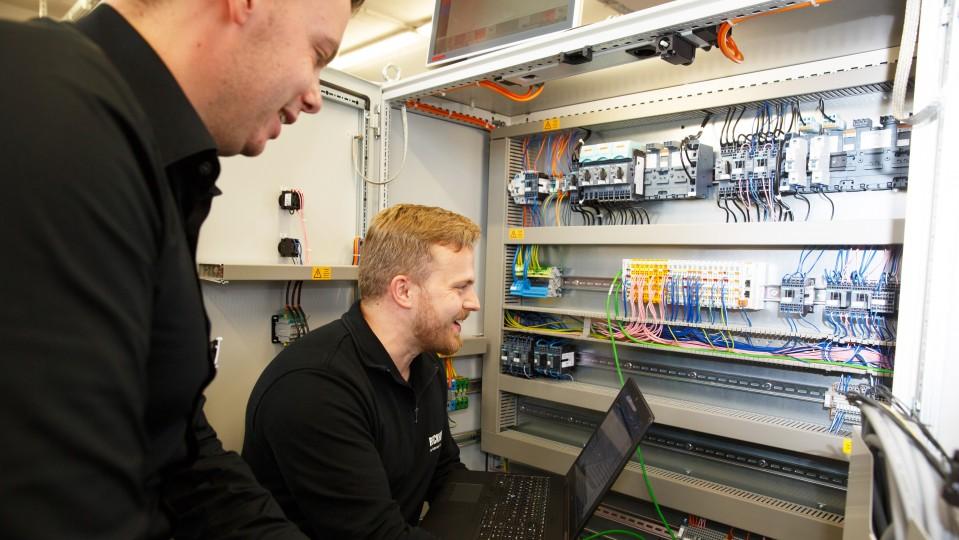 Foto: Zwei Männer an einer Maschine