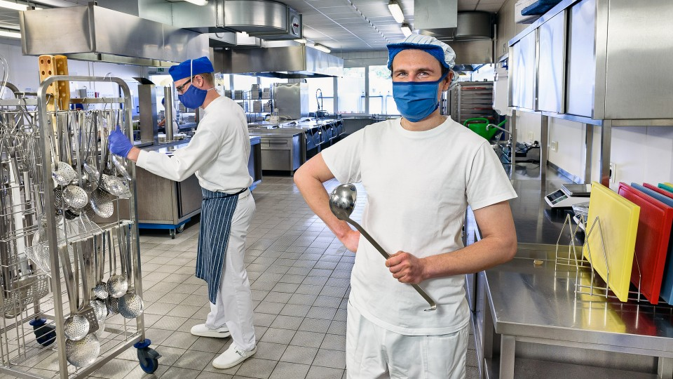 """Was Sven Bost im Rahmen des Programms """"Öffentlich geförderte Beschäftigung"""" gelernt hat, ist eine gute Basis für seine anstehende Berufsausbildung. Neben dem fachlichen Know-how verfügt er über genaue Kenntnisse im Themenfeld """"Hygiene in der Küche"""" - nützlich nicht nur in Corona-Zeiten."""