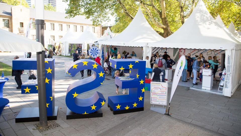 Foto: Ein Blick auf den ESF-Stand und das Informationszelt des Ministeriums für Arbeit, Gesundheit und Soziales auf dem NRW-Tag